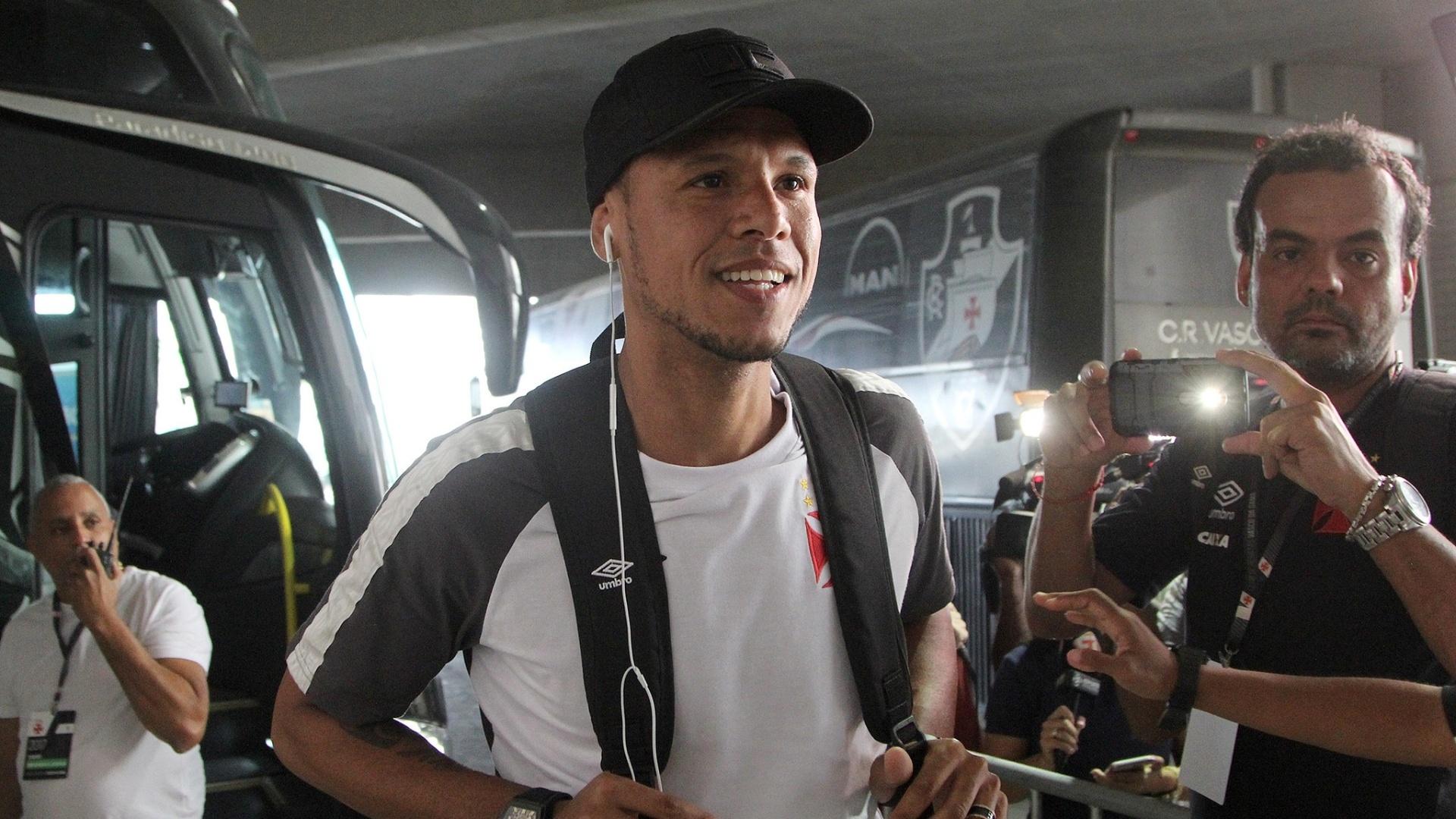 Luís Fabiano desembarca de ônibus para partida do Vasco contra o Macaé