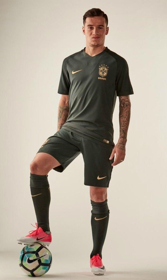 Philippe Coutinho mostra o novo uniforme da seleção brasileira