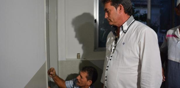 Vice-presidente Nosman Barreiro entrou na sede da FPF com ajuda de um chaveiro