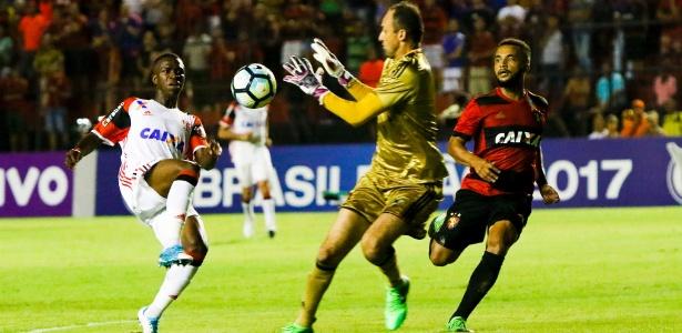 Vinícius Júnior disputa a bola com Magrão no duelo entre Flamengo e Sport