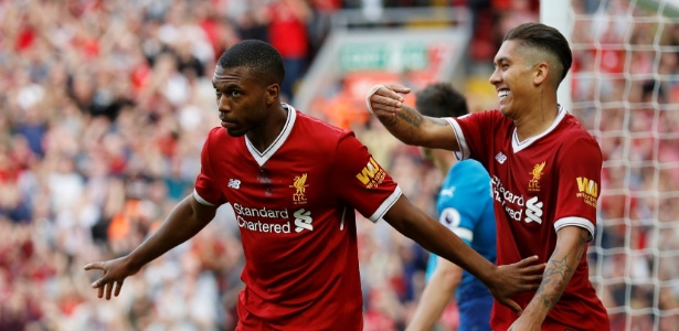 Daniel Sturridge celebra gol do Liverpool ao lado de Firmino