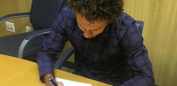 Rafael Galhardo assina contrato com o Cruzeiro; lateral ainda tem futuro indefinido
