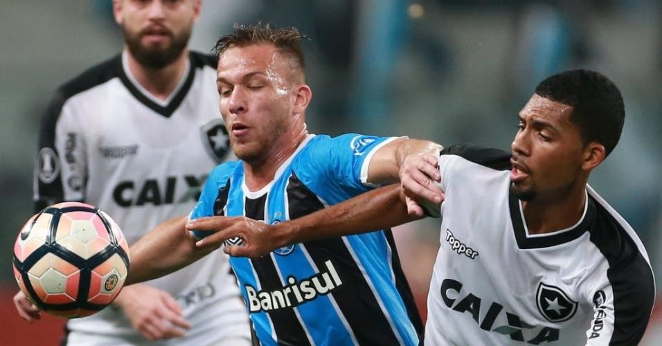 Ramiro disputa a bola com Matheus Fernandes na Arena do Grêmio