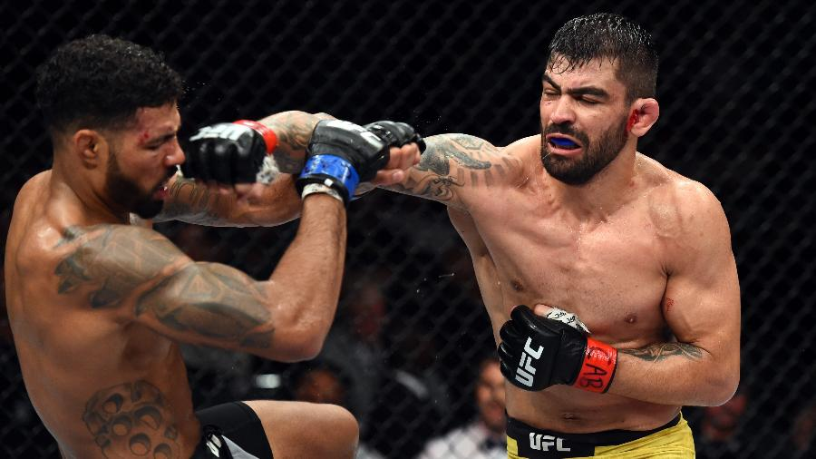 Elizeu Capoeira acerta soco em Max Griffin durante duelo no UFC São Paulo - Josh Hedges/Zuffa LLC/Zuffa LLC via Getty Images