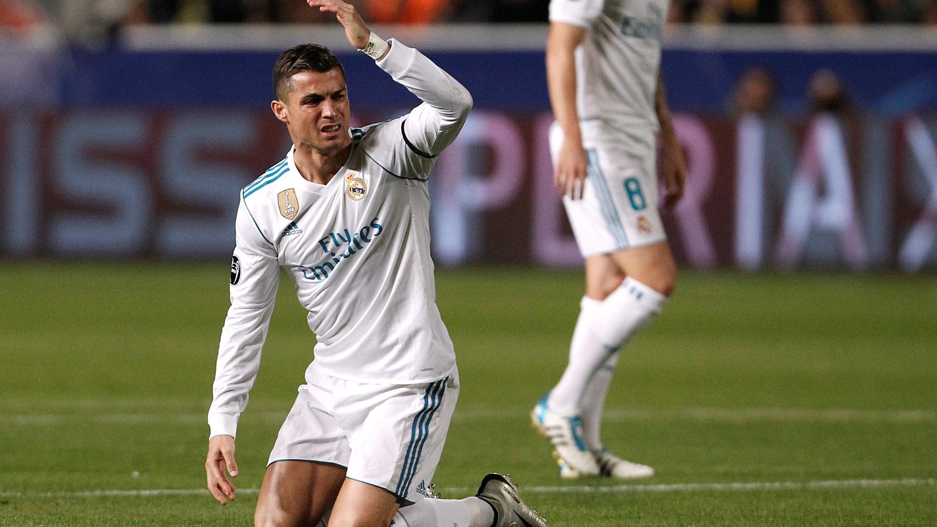 Cristiano Ronaldo reclama após sofrer falta em Apoel x Real Madrid