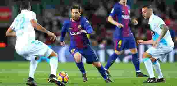 Messi encara a marcação do Deportivo La Coruña em jogo do Barcelona - Albert Gea/Reuters