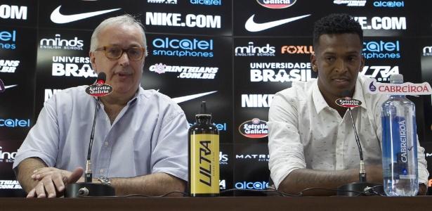 Roberto de Andrade concedeu entrevista coletiva ao lado do atacante Jô