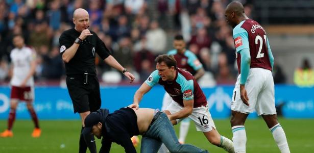 Mark Noble, capitão do West Ham, teve confronto físico com invasor no gramado