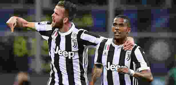 Douglas Costa comemora o seu gol para a Juventus contra a Inter - Alberto Lingria/Reuters - Alberto Lingria/Reuters