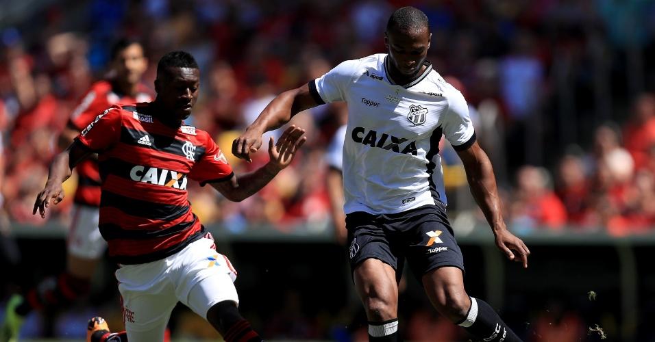 Marlos Moreno, do Flamengo, disputa bola com Luiz Otávio, do Ceará