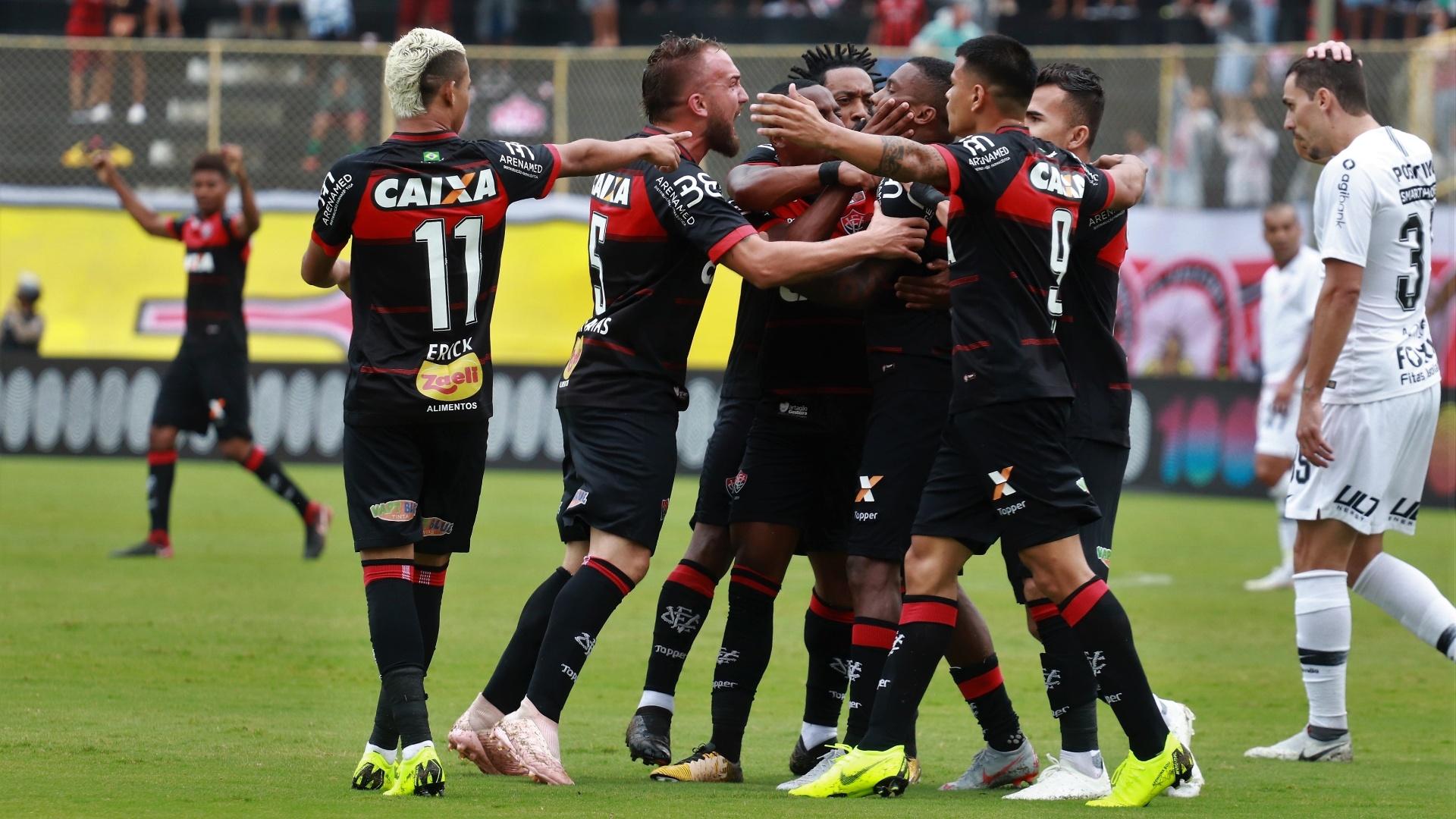 Jogadores do Vitória comemoram o gol de Rhayner contra o Corinthians
