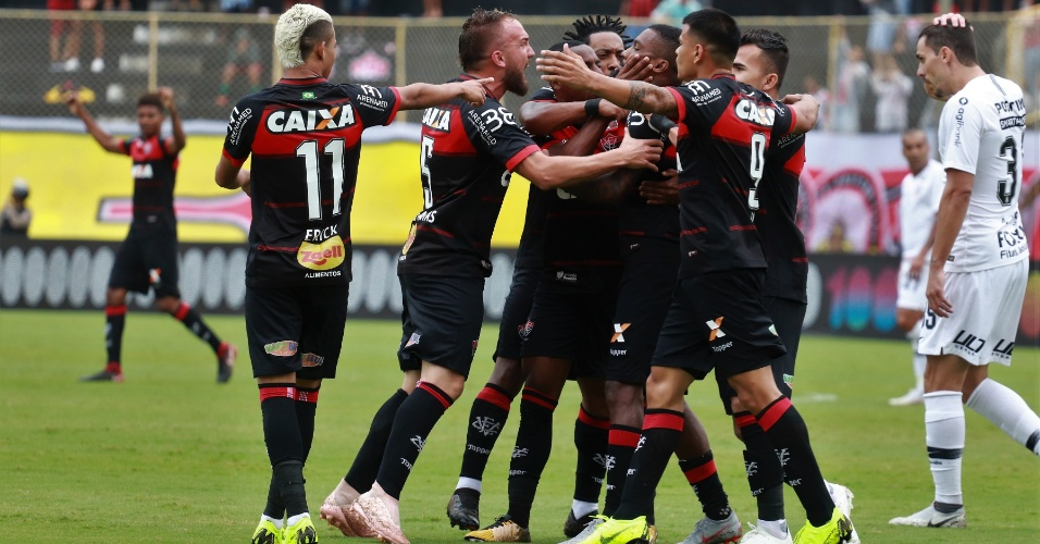 6deed92d05 Jogadores do Vitória comemoram o gol de Rhayner contra o Corinthians