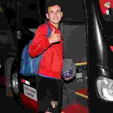 Atacante Pablo entra em ônibus do São Paulo para ir ao CT de Cotia - Rubens Chiri / saopaulofc.net