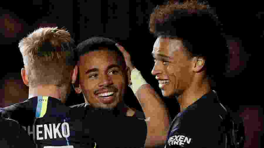 Jogadores do City comemoram vitória complicada sobre o Newport - JOHN SIBLEY/Action Images via Reuter