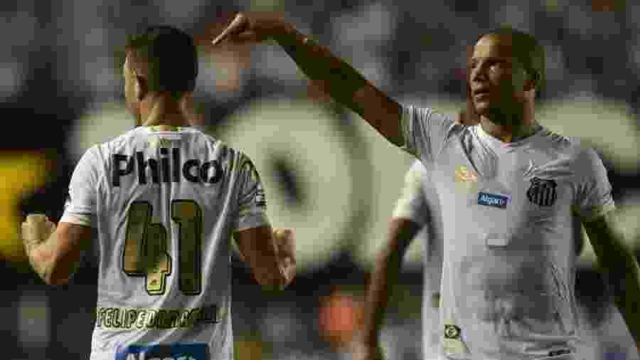 Sánchez aponta para Jean Mota durante jogo entre Santos e Atlético-GO - Ivan Storti   Santos FC