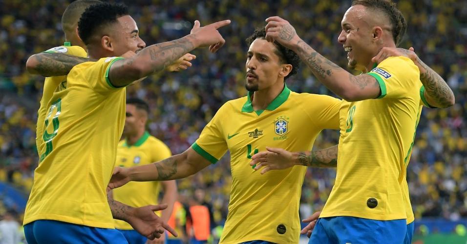 Jogadores comemoram gol de Everton Cebolinha na final da Copa América entre Brasil e Peru