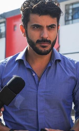 Estivens Alves, ex-marido de Najila Trindade, em frente a delegacia
