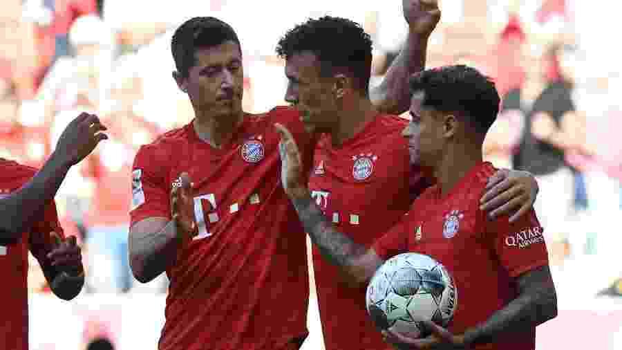 Em sua estreia como titular, Philippe Coutinho comemora gol de companheiro do Bayern de Munique no Alemão -  Christof STACHE / AFP