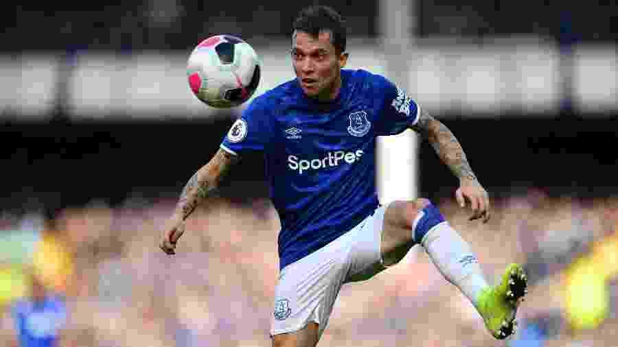 Bernard durante partida do Everton pelo Inglês  - Paul ELLIS / AFP