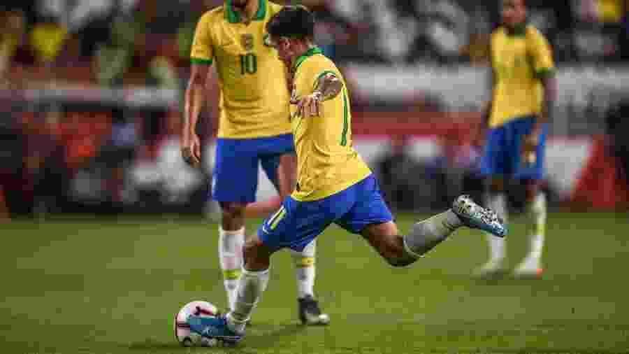 Philippe Coutinho parte para cobrança de falta no segundo gol da seleção contra a Coreia do Sul em amistoso em Abu Dhabi - Pedro Martins/MowaPress