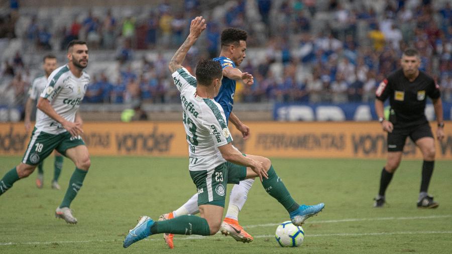 O árbitro Marcelo de Lima Henrique observa jogada entre Cruzeiro e Palmeiras na última rodada do Brasileirão - Alessandra Torres/AGIF