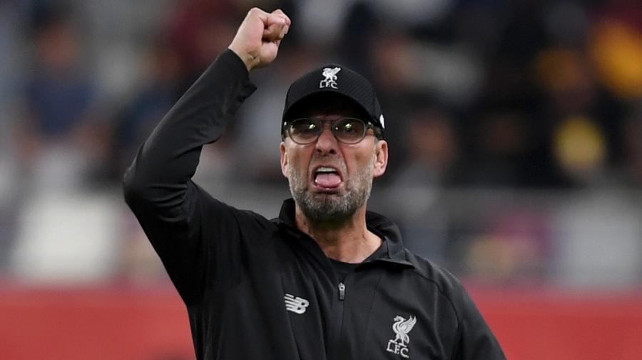 Jurgen Klopp, do Liverpool, gesticula e mostra a língua na direção de Antonio Mohamed, técnico do Monterrey - Mike Hewitt - FIFA/FIFA via Getty Images
