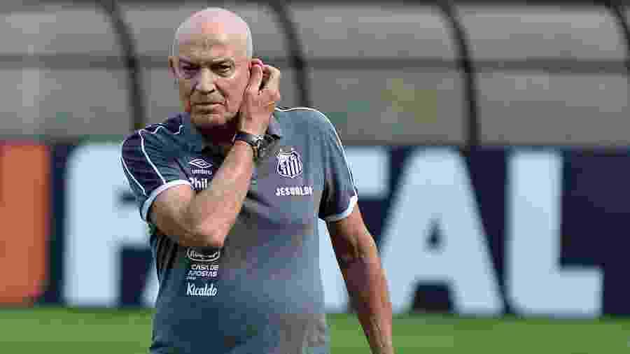 """Jesualdo Ferreira, técnico do Santos, dando mais atenção aos """"Meninos da Vila"""" - Bruno Ulivieri/AGIF"""