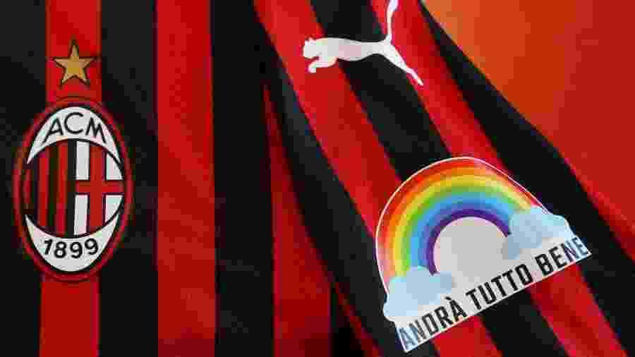 """Uniforme especial do Milan tem um patch com a mensagem """"Tudo vai ficar bem"""", junto com um arco-íris - Divulgação/Milan"""
