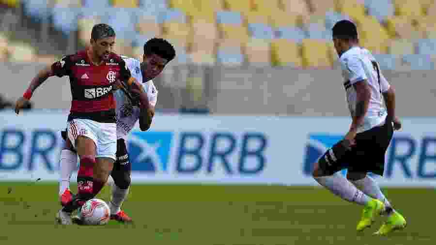 De Arrascaeta encara a marcação na semifinal da Taça Rio entre Flamengo e Volta Redonda - Thiago Ribeiro/AGIF