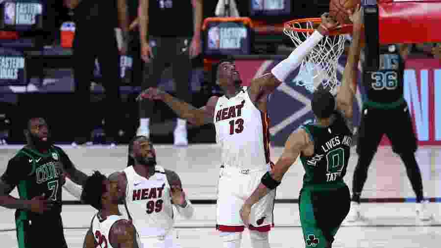 Bam Adebayo dá toco em Jayson Tatum na prorrogação de Miami Heat x Boston Celtics - Kim Klement-USA TODAY Sports