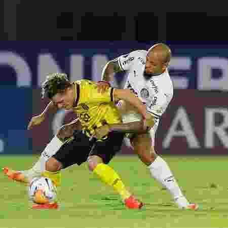 Bautista Merlini e Felipe Melo disputam a bola no duelo entre Guarani x Palmeiras, pela Libertadores  - Pool/Getty Images