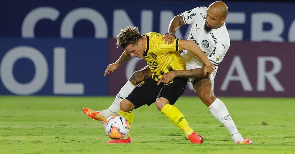 Bautista Merlini e Felipe Melo disputam a bola no duelo entre Guarani x Palmeiras, pela Libertadores