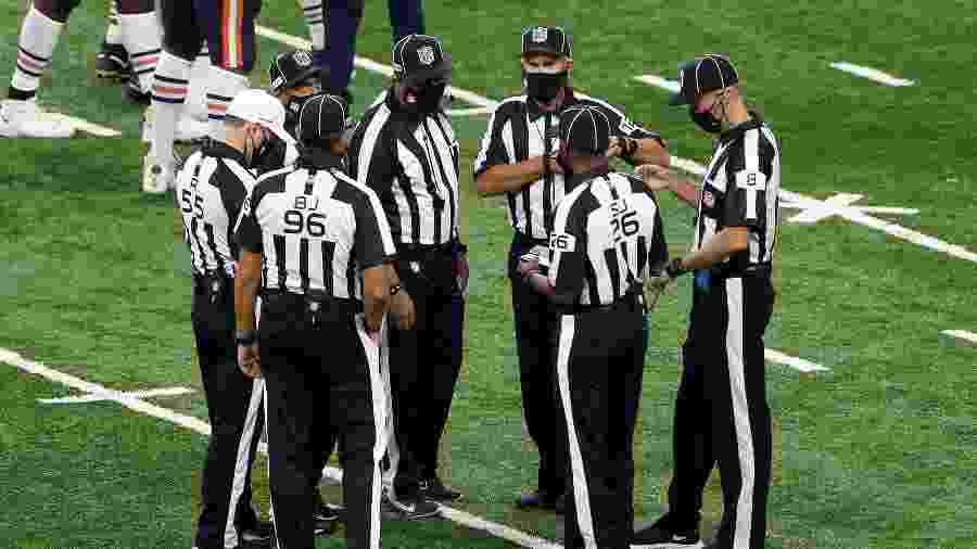 Árbitros da NFL usam máscara em tempos de jogos na crise do coronavírus - Amy Lemus/NurPhoto via Getty Images