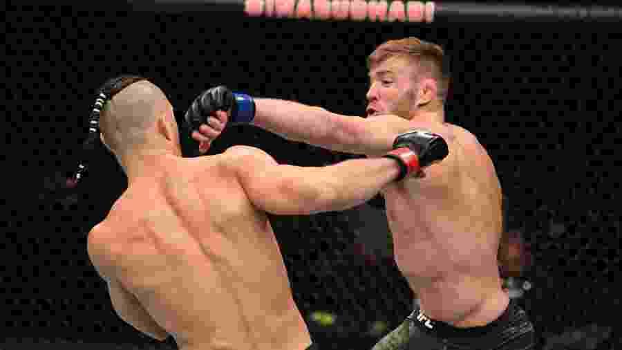 Dricus du Plessis acerta golpe em Markus Maluco, no UFC Fight Island 5 - Josh Hedges/Zuffa LLC via Getty Images