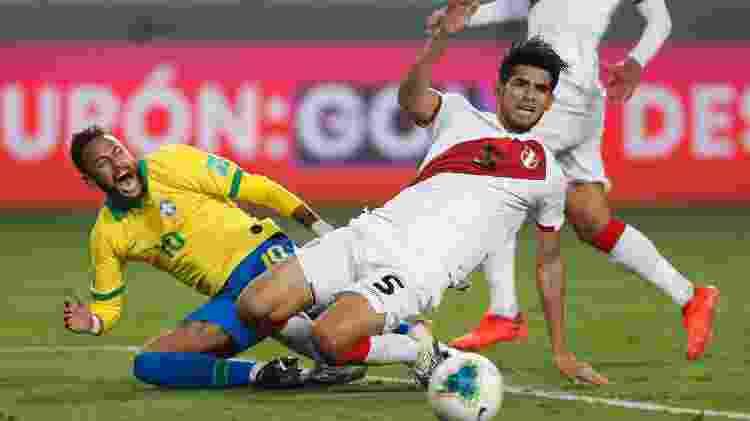 Zambrano comete pênalti em Neymar, durante a partida entre Peru e Brasil - Pool/Getty Images - Pool/Getty Images