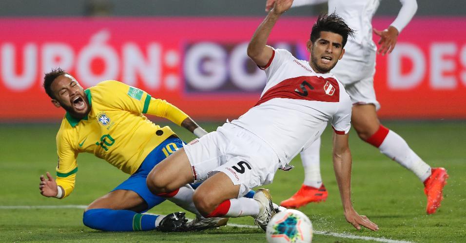 Zambrano comete pênalti em Neymar, durante a partida entre Peru e Brasil