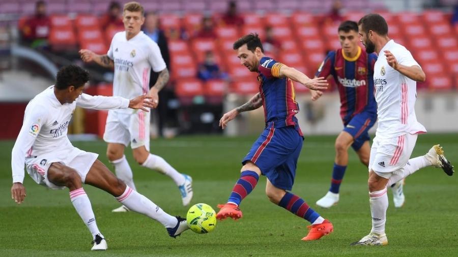 Messi tenta drible contra Varane, zagueiro do Real Madrid - Alex Caparros/Getty Images