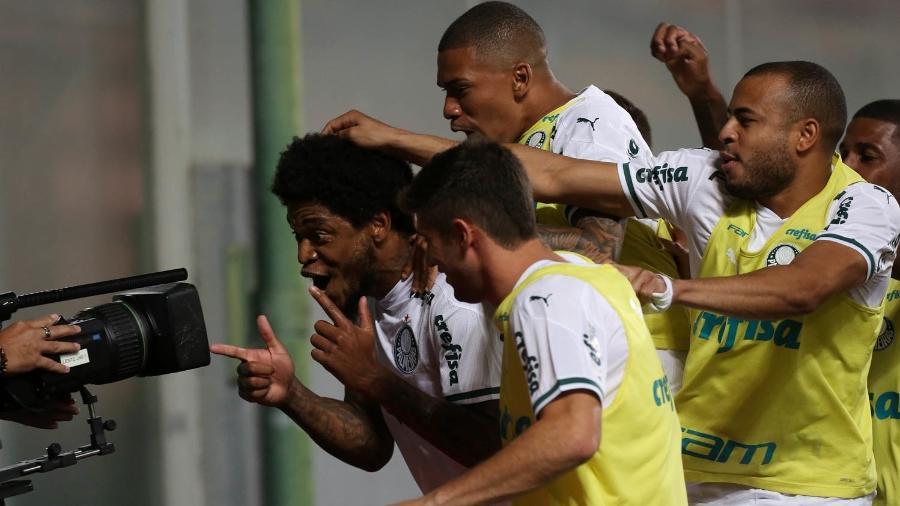Jogadores do Palmeiras comemoram o gol de Luiz Adriano - Cesar Greco
