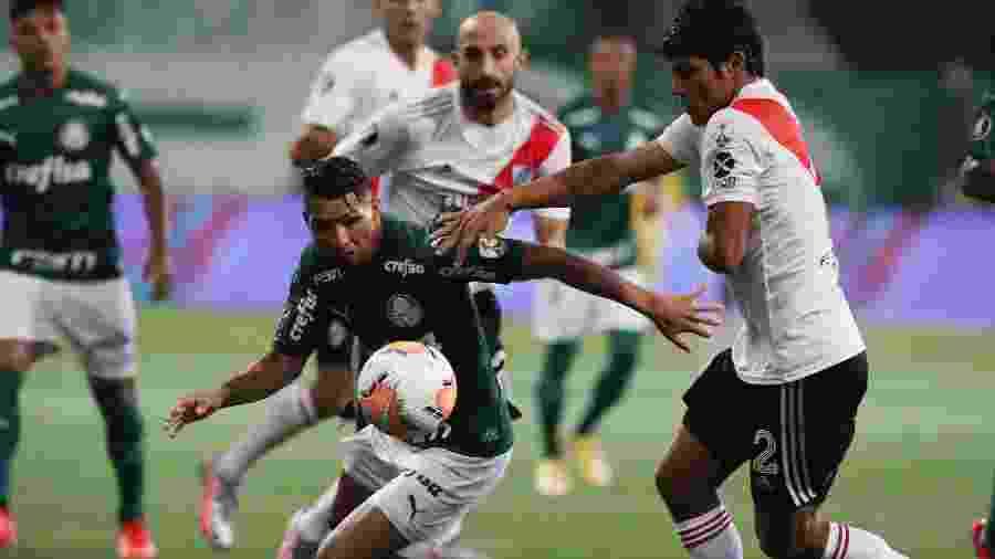 Rony tenta escapar da marcação durante Palmeiras x River Plate pela Copa Libertadores 2020 - REUTERS/Amanda Perobelli
