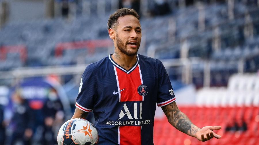 Neymar reclama após ser expulso na partida entre PSG e Lille, pelo Campeonato Francês - FRANCK FIFE / AFP