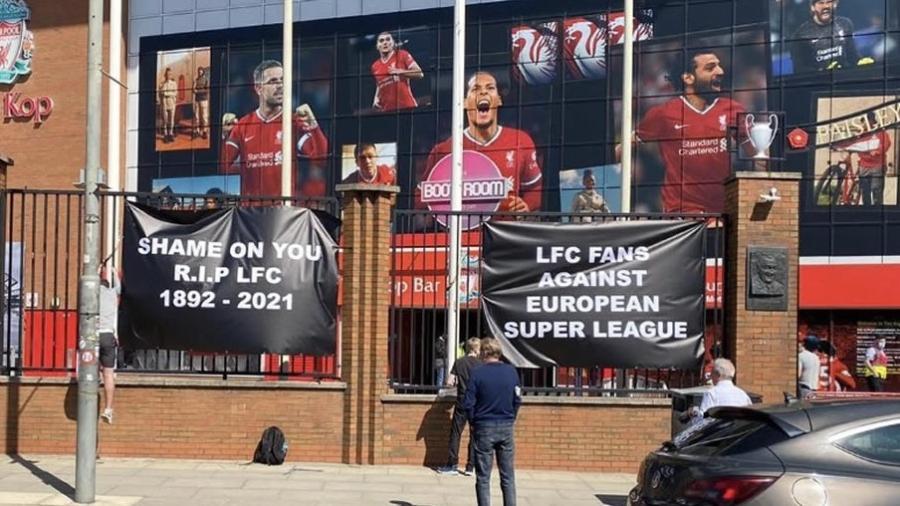 Torcedores do Liverpool fazem protesto enfrente ao estádio Anfield contra criação de Superliga Europeia - Reprodução/Twitter