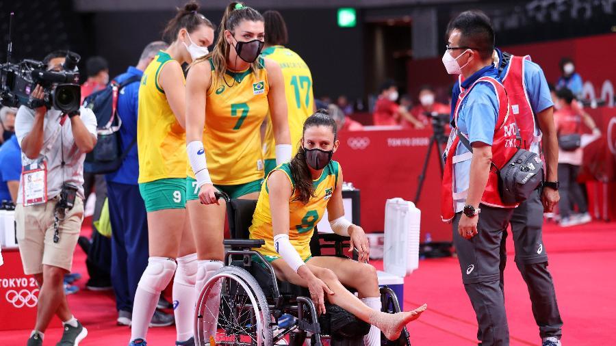 Macris deixa quadra em uma cadeira de rodas após torção durante o duelo do Brasil com o Japão, pelo vôlei feminino, nos Jogos Olímpicos de Tóquio - Toru Hanai/Getty Images