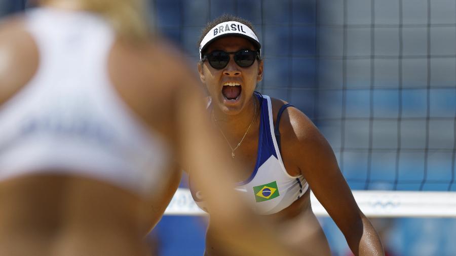 Ana Patrícia vibra com a companheira de equipe, Rebecca, após um bloqueio no jogo entre a dupla brasileira contra a China - JOHN SIBLEY/REUTERS