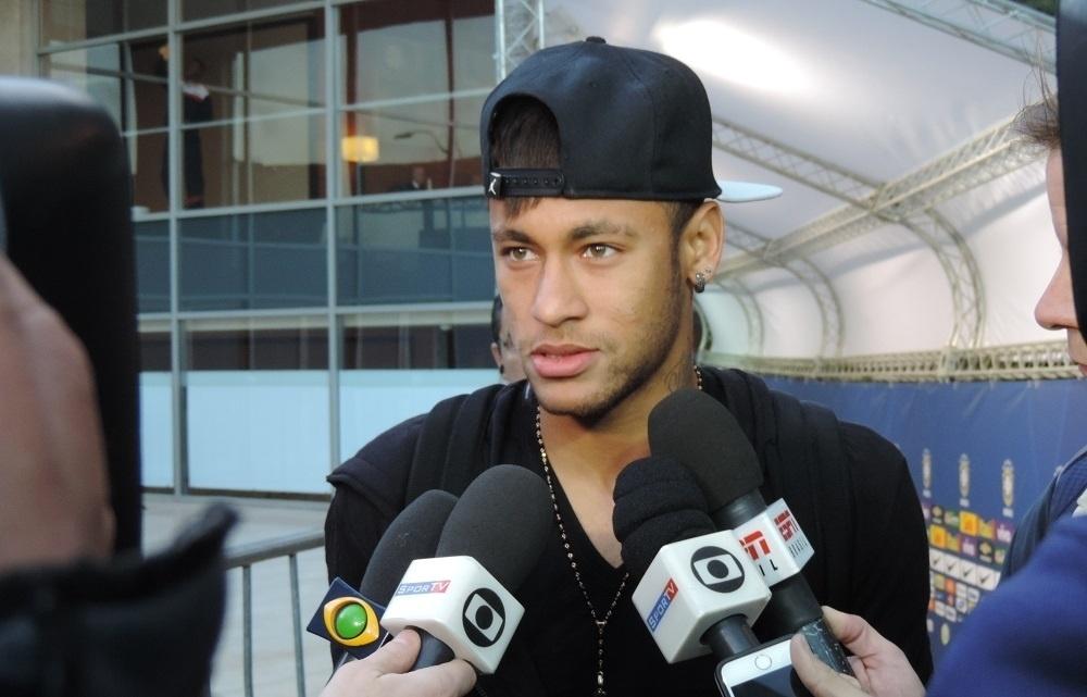 22.jun.2015 - Neymar conversa com jornalistas na saída do hotel da seleção brasileira em Santiago. O craque entrou em acordo com a CBF e deixou a delegação, já que está suspenso até o final da Copa América