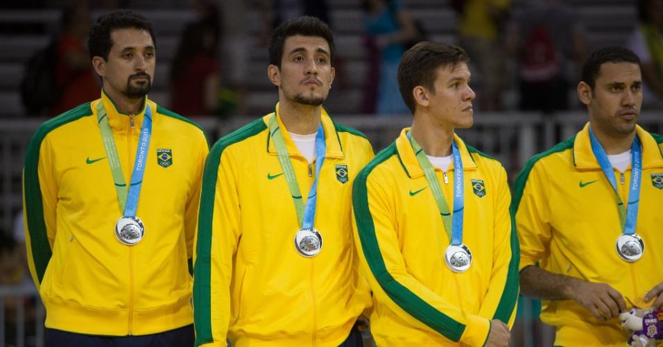 Brasileiros com a medalha de prata no pódio do vôlei masculino no Pan de Toronto