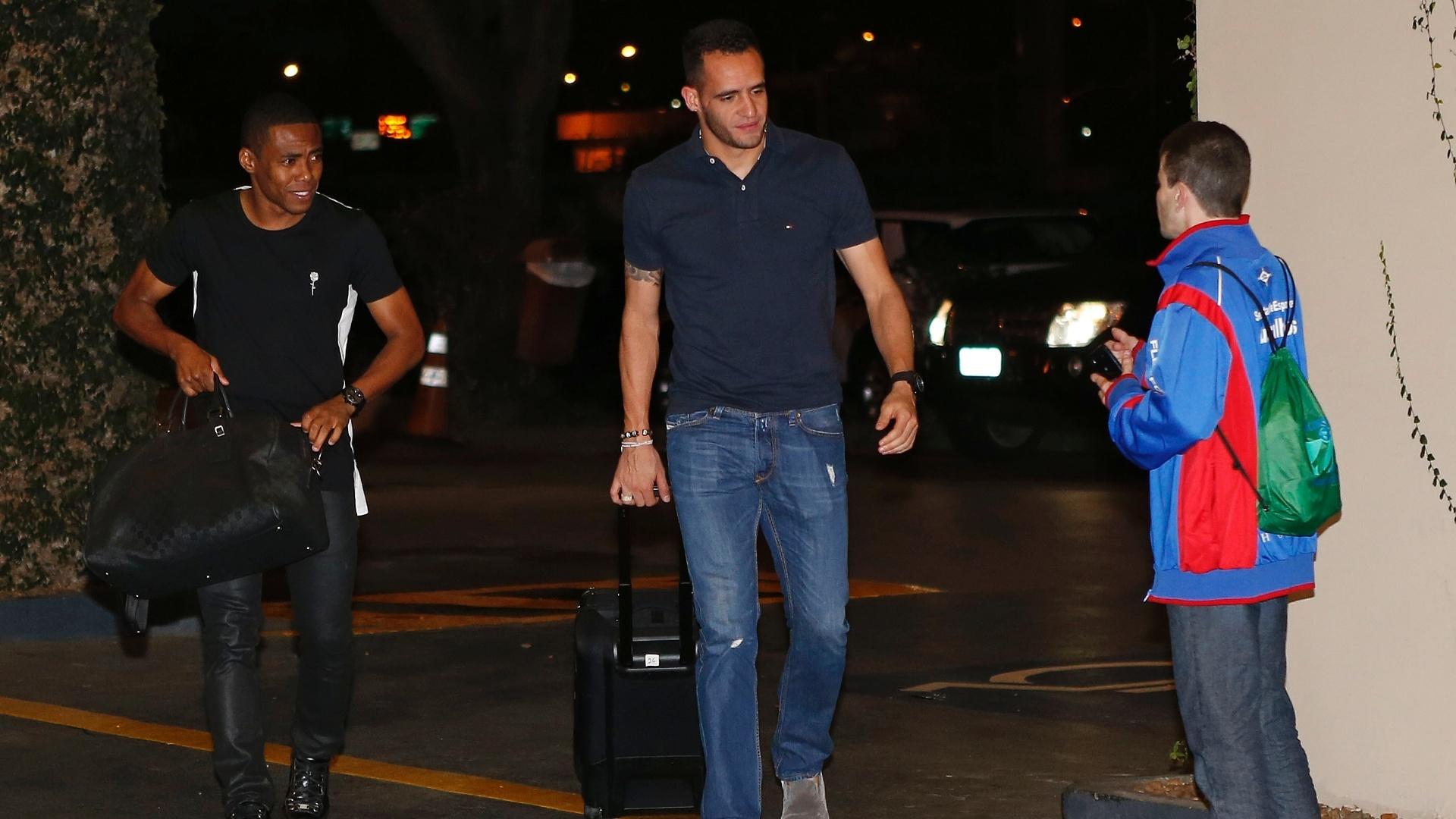Renato Augusto e Elias desembarcam juntos em São Paulo