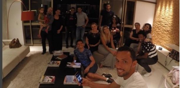 Culto na casa de Nenê: vascaíno de camisa branca e Magno Alves sentado no chão - Reprodução / Instagram