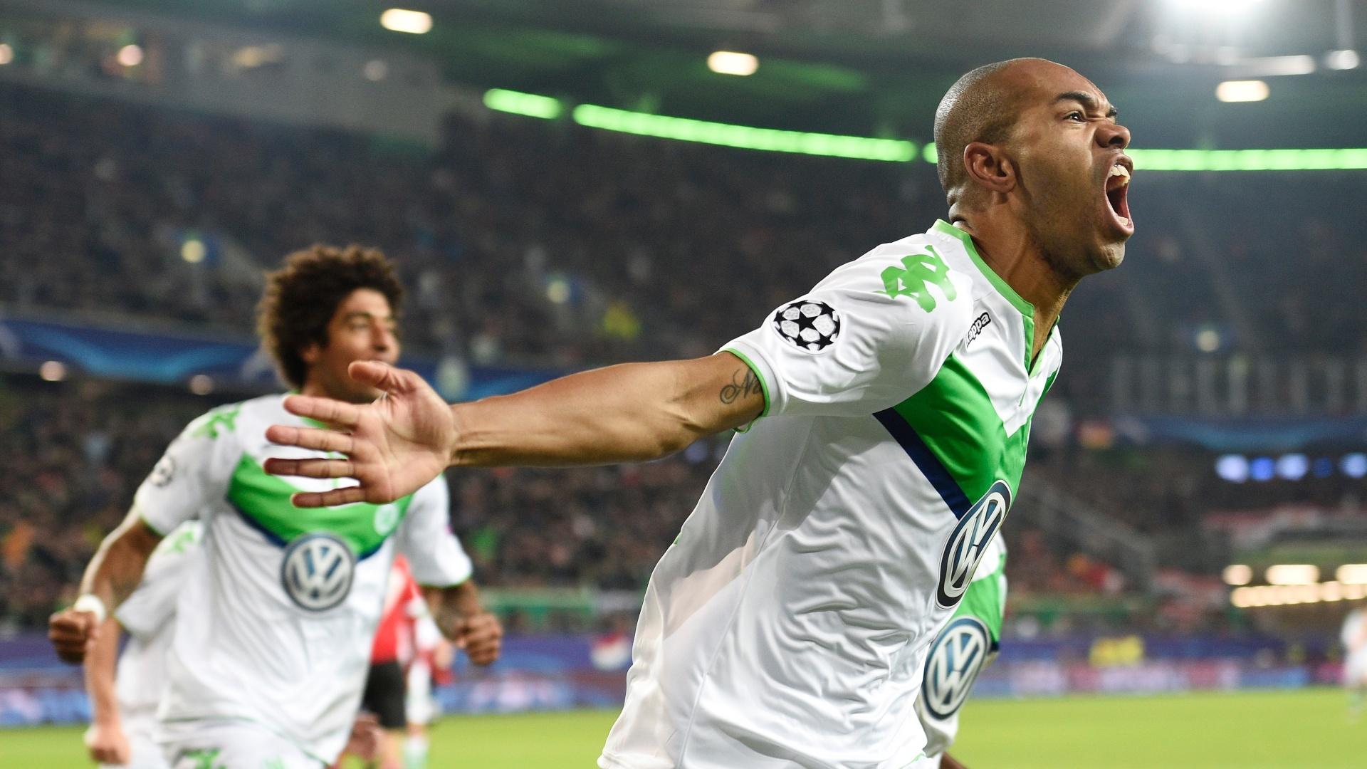 Naldo comemora seu primeiro gol contra o Manchester United, em vitória por 3 a 2. Wolfsburg eliminou o time inglês