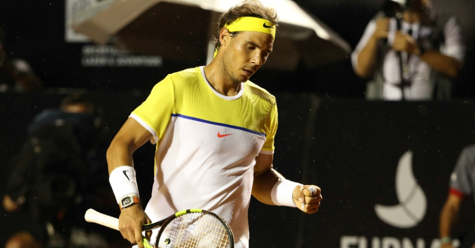 Sob chuva, Rafael Nadal comemora ponto conquistado sobre Pablo Carreno Busta no Rio Open