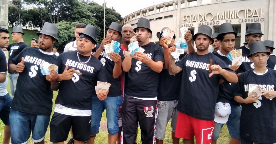 Torcedores do São Paulo protestam contra jogadores e direção do clube antes de partida pelo Campeonato Paulista no Pacaembu
